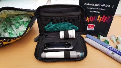 Mukanani päivittäin kulkevat hoitovälineet: lääkkeiden kuljetuspussukka, jossa on insuliinikynäni sekä kasa neljän (4) millimetrin neuloja. Lisäksi verensokerimittari, vihko ja insuliinikynät.