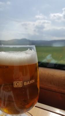 Tuopillinen olutta junassa matkalla Frankfurtiin.
