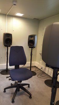 Kuulotutkimuksissa käytettävä huone. Kaiuttimista voidaan testata mm. äänen tulosuunnan havaitsemista.
