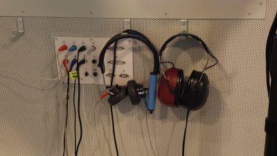 Kuulotutkimuksiin liittyviä kuulokkeita tutkimushuoneessa.