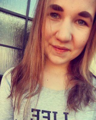 Mun hiukset on muuten lyhentynyt! Kuvan otin kyllä tänään mut ainakin 15cm annoin ottaa viimeviikolla pois!