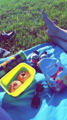 Pikku piknikilläkin käytiin jokirannassa ihanassa auringossa